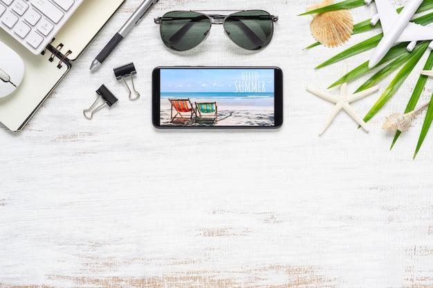Smartphone-spot op malplaatje met de zomerstrand de reisconcept van de planning.