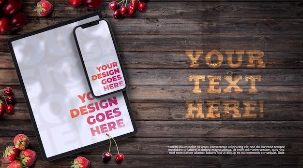 Smartphone y tableta rodeada de maqueta de frutos rojos