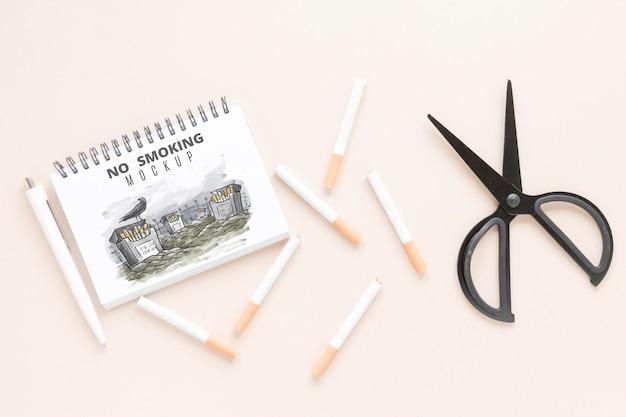 Smetti di fumare il concetto con le forbici