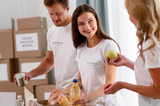 Smiley-vrijwilligers bereiden dozen met voorzieningen voor donaties voor