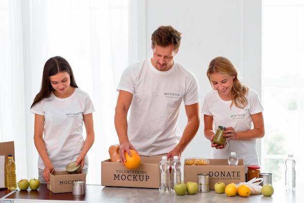 Smiley-vrijwilligers die voedsel bereiden voor donatie