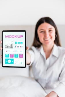 Smiley vrouw met tablet met mock-up