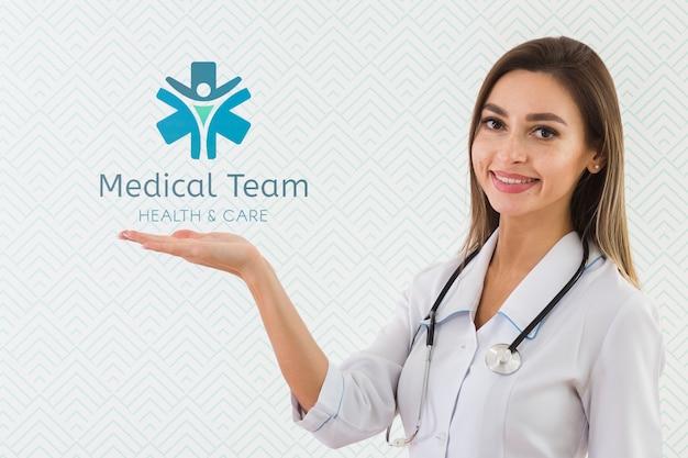 Smileyverpleegster die een stethoscoop heeft