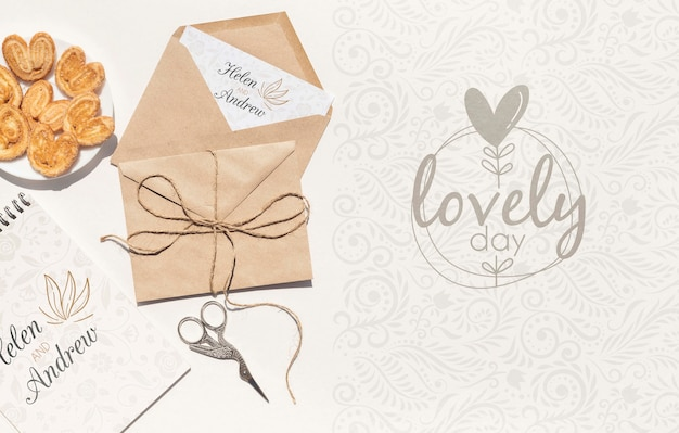Sobre de papel de boda con galletas