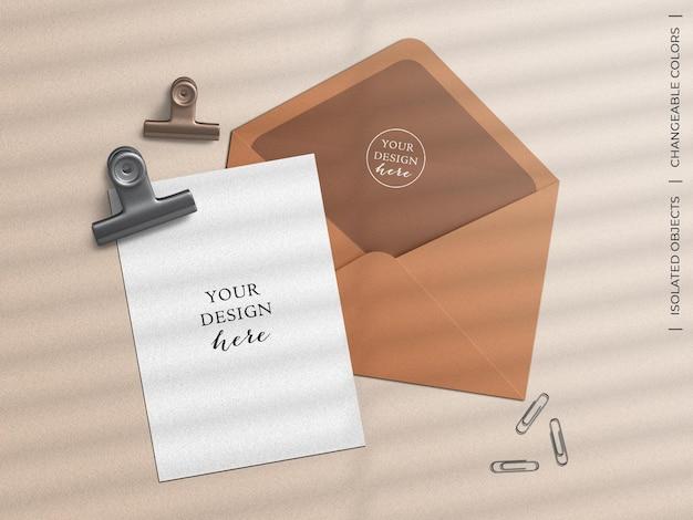Sobre de papelería y maqueta de postal de felicitación.