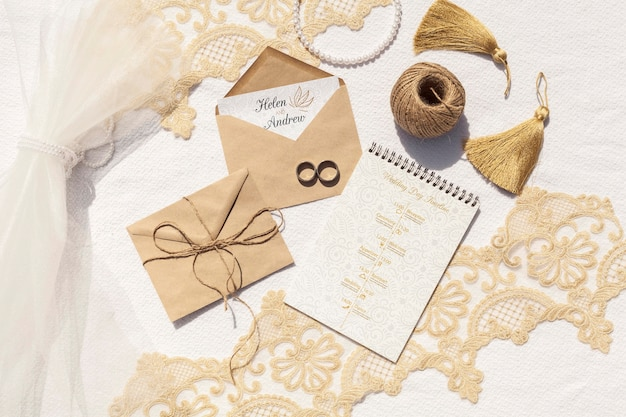 Sobres de papel marrón con anillos de boda.