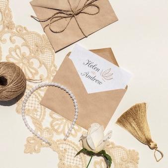 Sobres de papel marrón con flores y perlas.