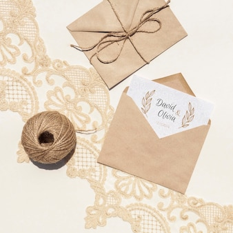 Sobres de papel marrón sobre tela bordada