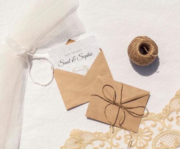 Sobres de papel marrón con soga y letras.