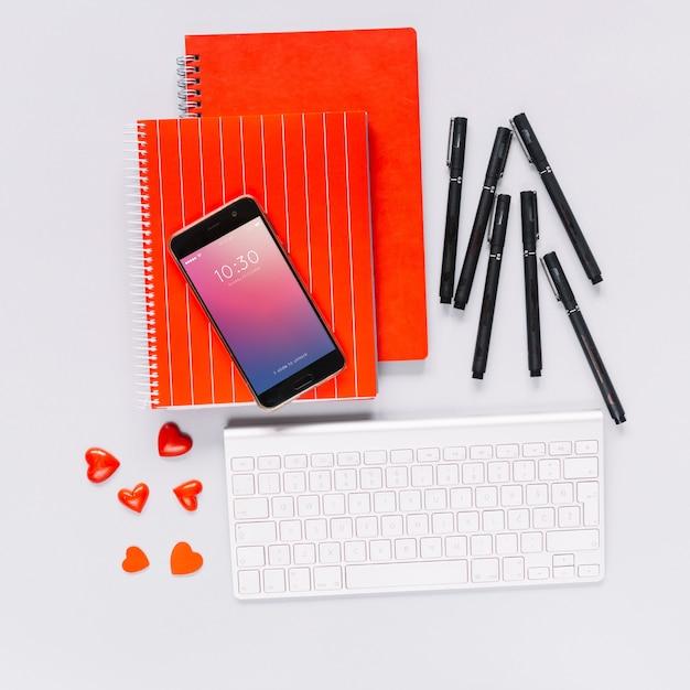 Social media e internet mockup con tastiera