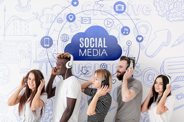Social media mensen luisteren zijdelings naar muziek