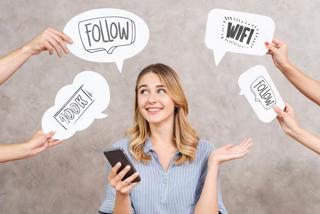 Social media tekstballonnen rond een vrouw