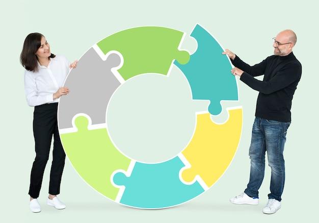 Socios colaborando en hacer un círculo.