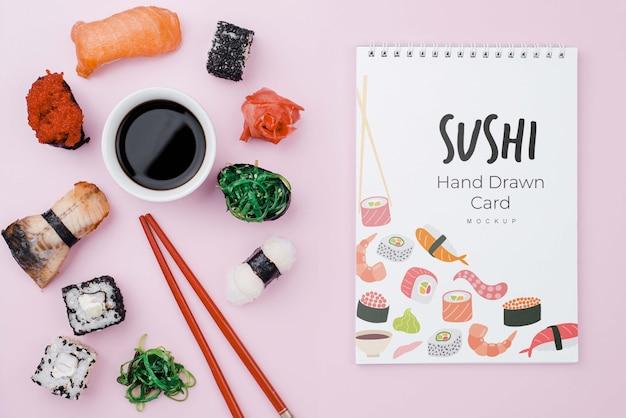 Sojasaus en sushi rolt met notitieboekje