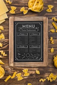 Sopra vista menu e assortimento di pasta