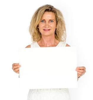 Spazio della copia del bordo di carta dello spazio in bianco della tenuta della donna