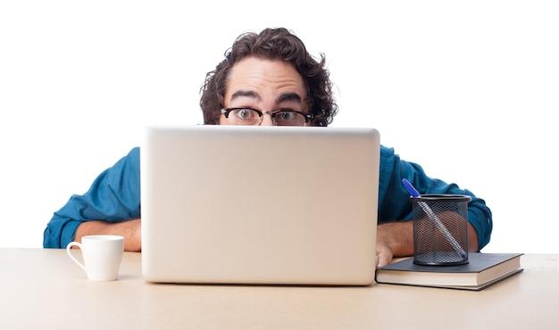 Speels zakenman werken in het kantoor