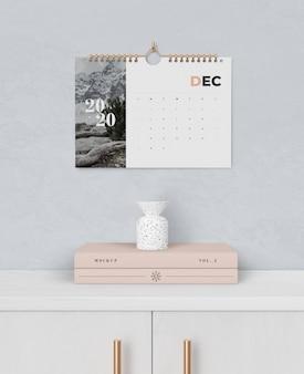 Spiraalboekkoppeling voor kalender vastgemaakt aan de muur