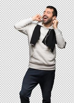 Sport man luisteren naar muziek met een koptelefoon