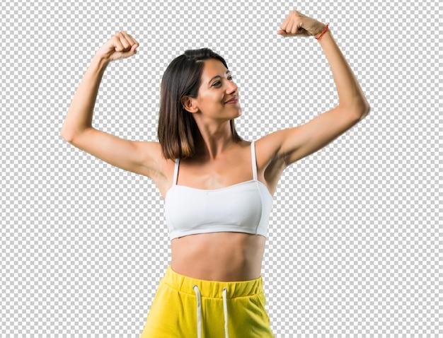 Sportvrouw die sterk gebaar maken