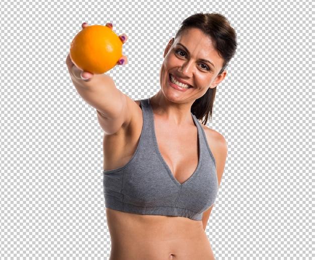 Sportvrouw met een sinaasappel