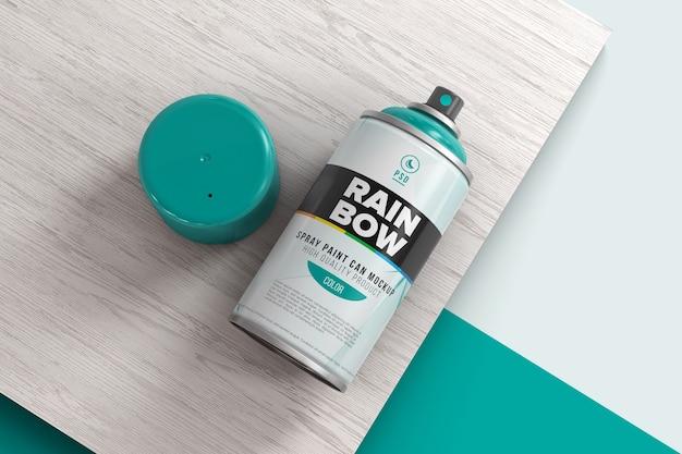 Spray van verf op een houten oppervlak mockup geopend