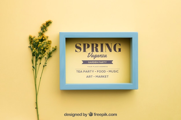 Spring mock up con cornice accanto a fiori di campo
