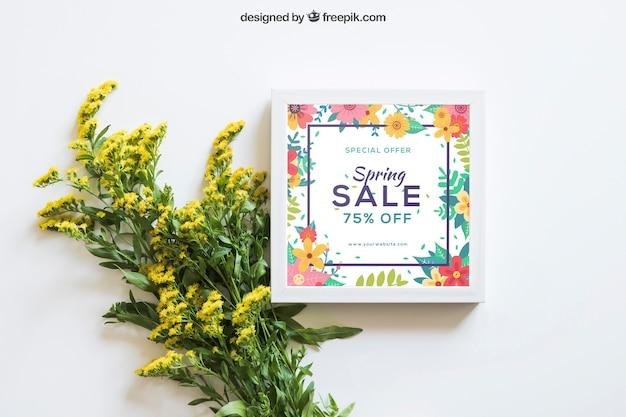 Spring mockup con telaio e fiori di campo