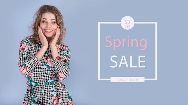 Spring sale mockup met stijlvolle vrouw