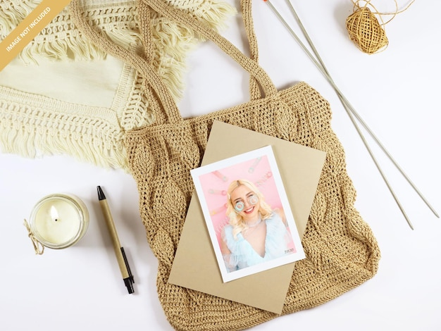 Staand fotopapiermodel op een gebreide handtas
