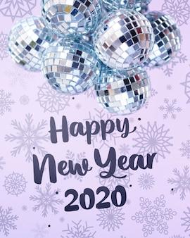 Stapel van zilveren kerstballen op besneeuwde nieuwjaar achtergrond