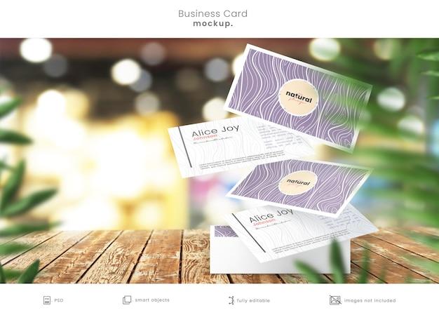 Stapel visitekaartjes met zwevende kaarten