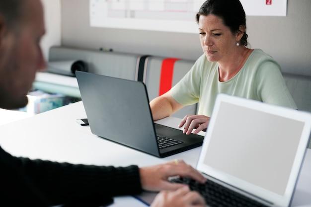 Start bedrijfsmensen die aan laptop werken