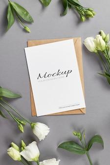 Stationair kaartmodel met witte eustomabloemen