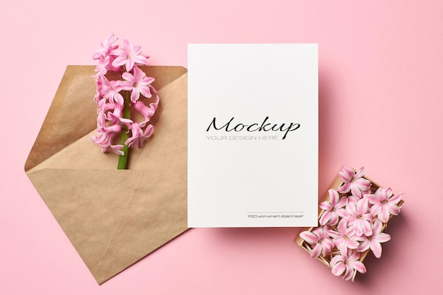 Stationaire mockup voor uitnodiging of wenskaart met envelop