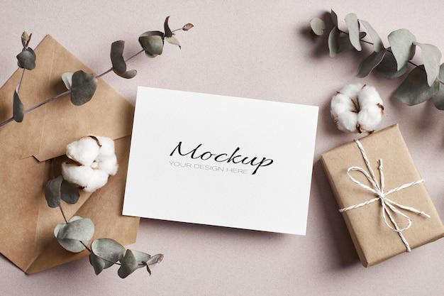 Stationaire mockup voor uitnodiging of wenskaart met geschenkdoos