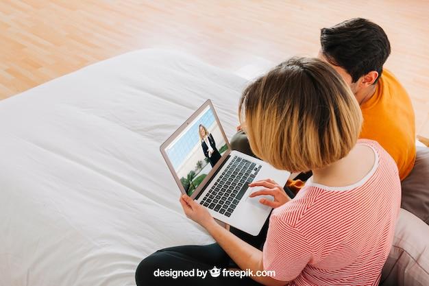 Stel met laptop in bed