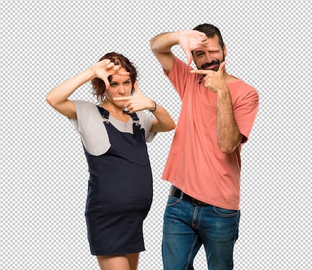 Stel met zwanger vrouw het concentreren van gezicht samen. kader symbool