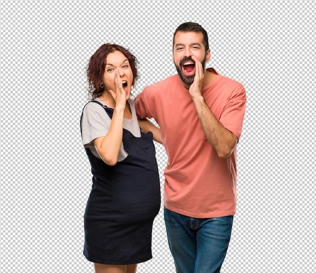 Stel met zwangere vrouw die aan de zijlijn schreeuwt en iets aankondigt
