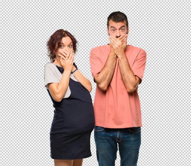 Stel met zwangere vrouw die de mond voor het zeggen van iets ongepast. kan niet praten