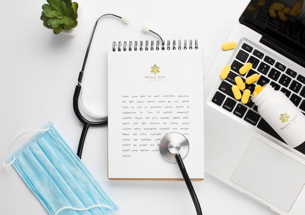 Stethoscoop en notebook met laptop naast