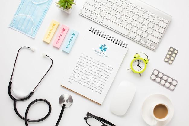 Stethoscoop en notebook op bureau