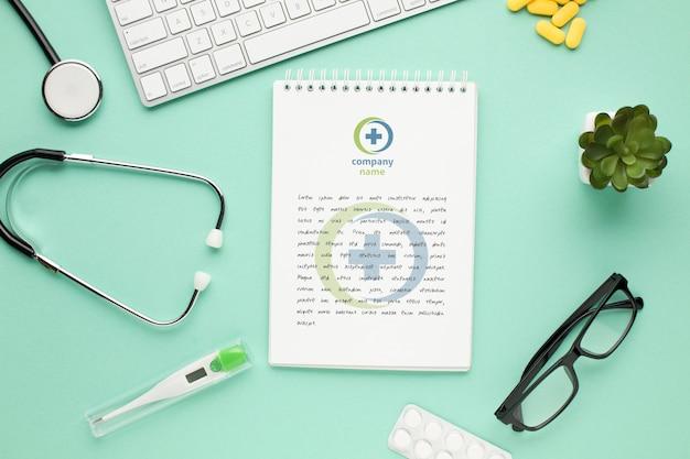 Stethoscoop en notebook op dokter bureau