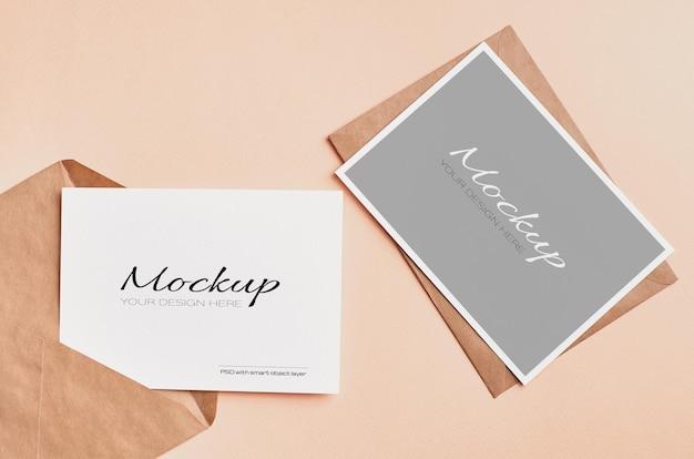 Stijlvolle bruiloft uitnodigingskaart mockup op beige kleur papier