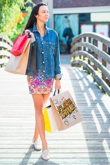 Stijlvolle vrouw met shopping tassen mockup