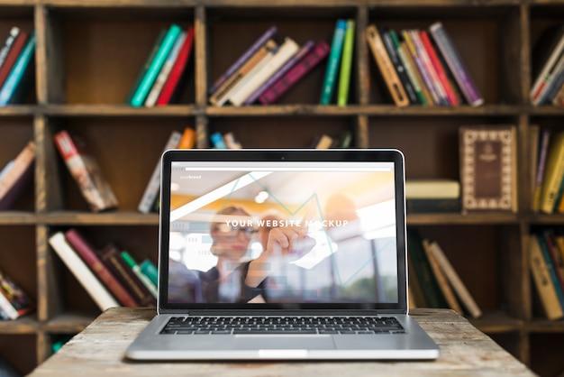 Stilleven met laptop mockup
