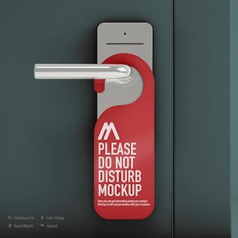Stoor de deurhanger-mockup die bij de deur is geïsoleerd niet