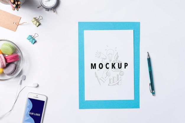 Strumenti di scrittura e snack in ufficio