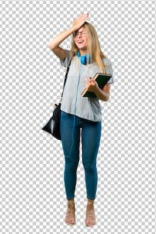 Student meisje met bril heeft net iets gerealiseerd en is van plan de oplossing