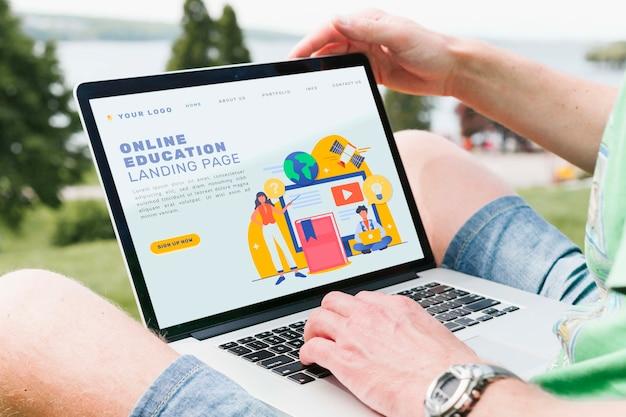 Studente del primo piano che fa istruzione online all'aperto